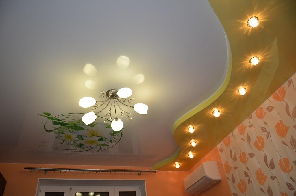 Фото двухуровнего натяжного потолка в гостиной